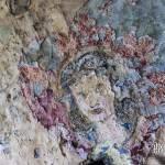 Peinture d'un visage d'une femme au milieu d'un coeur sur les murs du fort