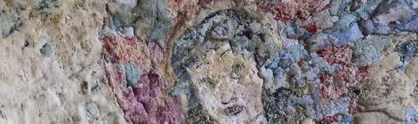 ...Peinture d'un visage d'une femme au milieu d'un coeur sur les murs du fort...
