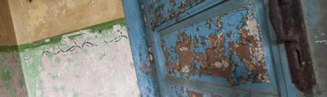 Porte avec peinture écaillée et mur bi couleur au fort de la Chartreuse...