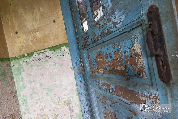 porte avec peinture caill e et mur bi couleur au fort de. Black Bedroom Furniture Sets. Home Design Ideas