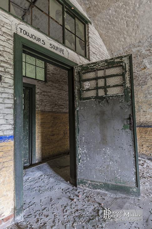 Porte de la caserne avec devise toujours sourire boreally - Certificat d heredite avec porte fort ...