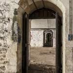 Couloir entre pièces de la caserne du Fort du Haut Buc