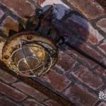 Lampe électrique rouillée au plafond du souterrain du Fort du Haut Buc