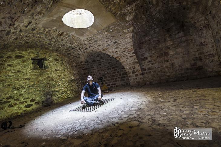 Personne Sous Un Puits De Lumi Re Dans Un Abri Sous Traverse Du Fort Du Haut Buc Boreally
