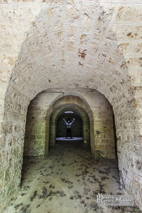 b371c29f17c4e0 Piliers d un abri sous traverse avec personne sous puits de lumière au Fort  du Haut Buc