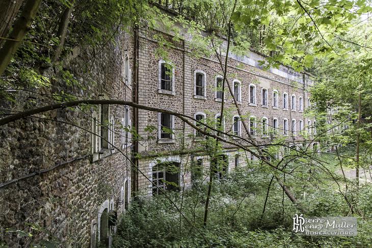Vue sur la façade du Fort du Haut Buc où la végétation reprend place