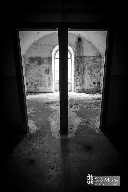 Double porte en noir et blanc HDR au Fort du Portalet