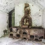 Fourneaux rouillés dans la cuisine du Fort du Portalet
