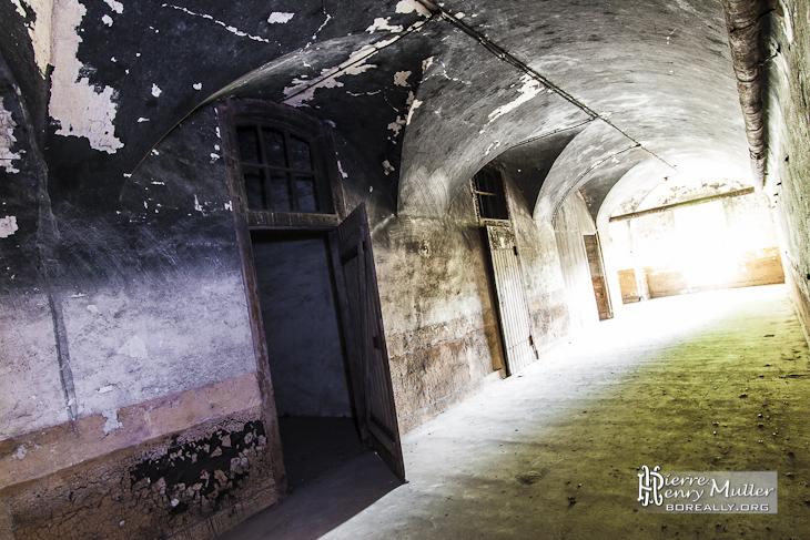 Couloir d'accès aux pièces du Fort baigné par la lumière