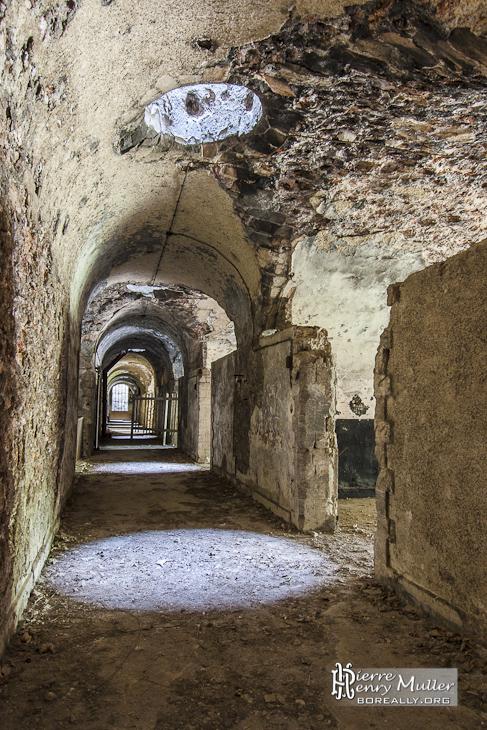 Couloir principal de la caserne du Fort du Trou d'Enfer avec puits de lumière