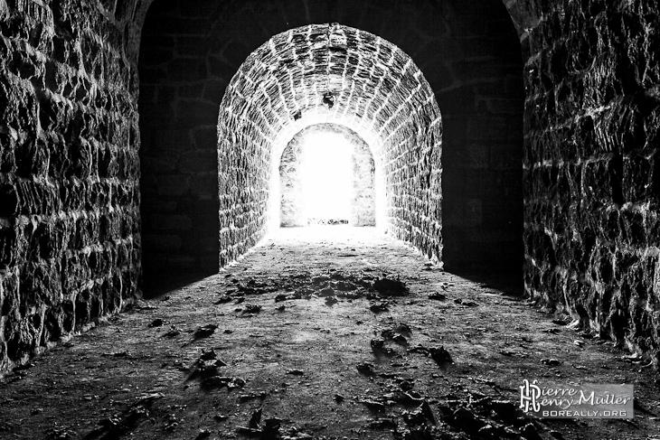 Lumière entrant dans une casemate du Fort du Trou d'Enfer