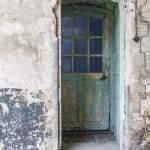 Porte en bois à la peinture écaillée au Fort du Trou d'Enfer