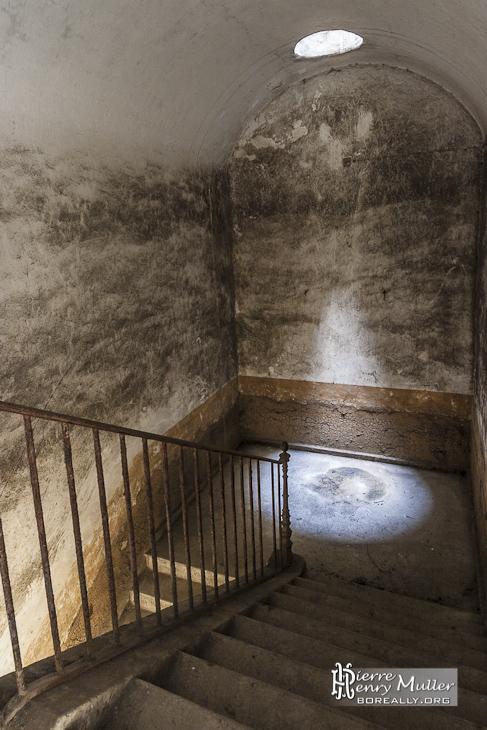 Puits de lumière dans un escalier du Fort du Trou d'Enfer