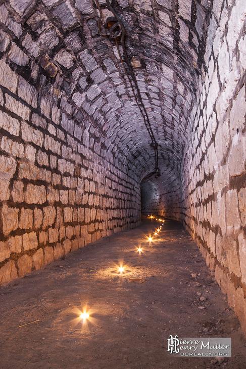 Tunnel du souterrain du Fort du Trou d'Enfer éclairé à la bougie