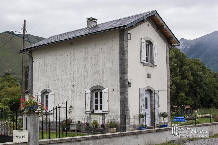 Ancienne maison de garde barri re niveau sur la ligne for Ancienne maison des gardes lourmarin