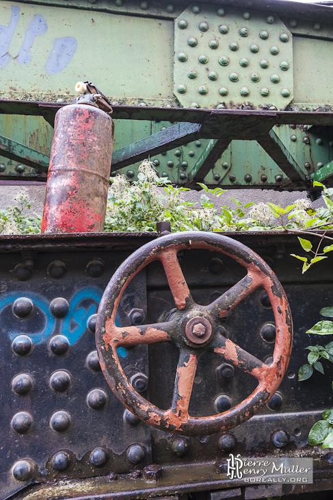 Extincteur rouillé sur un wagon abandonné de la gare de Canfranc