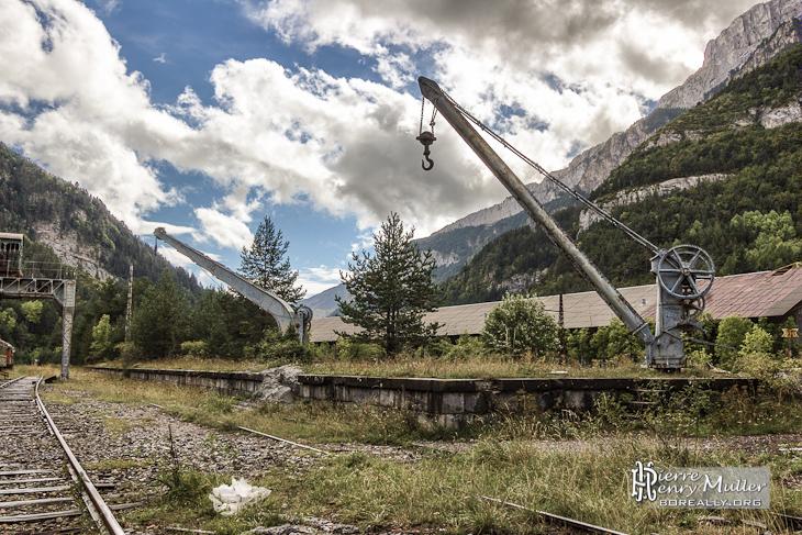 Grues ferroviaires sur un quai de chargement abandonné de la gare de Canfranc