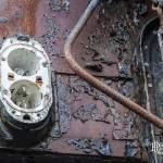Insigne lumineuse et rouille sur le chassis d'une voiture voyageur à la gare de Canfranc