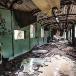 Intérieur d'un wagon voyageur abandonné à la gare de Canfranc