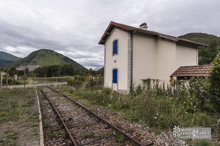 Passage à niveau et maison garde barrière sur la ligne Pau-Canfranc