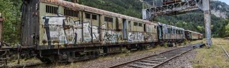 Plusieurs wagons abandonnés sur une voie désaffectée de la gare Canfranc en HDR
