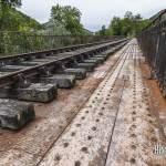 Pont métallique rouillé abandonné sur la ligne Pau-Canfranc
