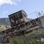 Portique grue ferroviaire abandonnée et paysage de montagne en HDR