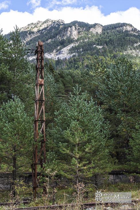 Pylône abandonné au bord d'une voie ferroviaire de Canfranc en HDR