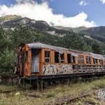 Voiture voyageur abandonnée et paysage de montagne en HDR