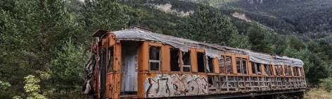 Cette voiture de voyageur abandonnée sur une ligne désaffectée de la gare de Canfranc sur fond de paysage de montagne en HDR.