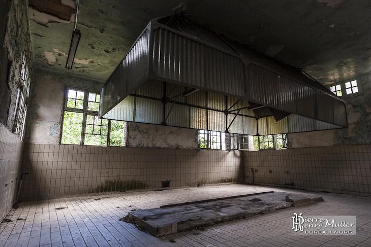 Ancienne salle des cuisines dans le village abandonné du GIGN