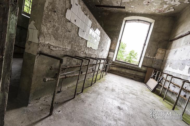 Ancienne salle d'eau au centre d'entraînement du GIGN