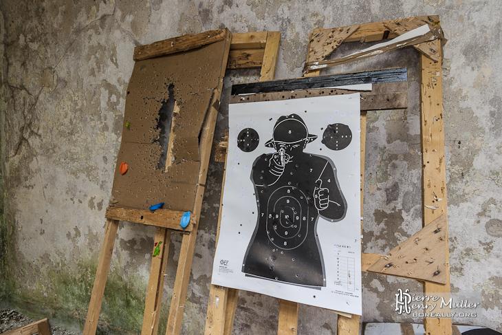 Cible de tir humaine en papier avec homme armé vous visant GEF