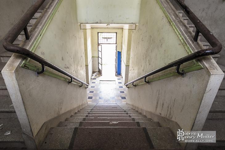 Escalier simple puis double d'un bâtiment du GIGN