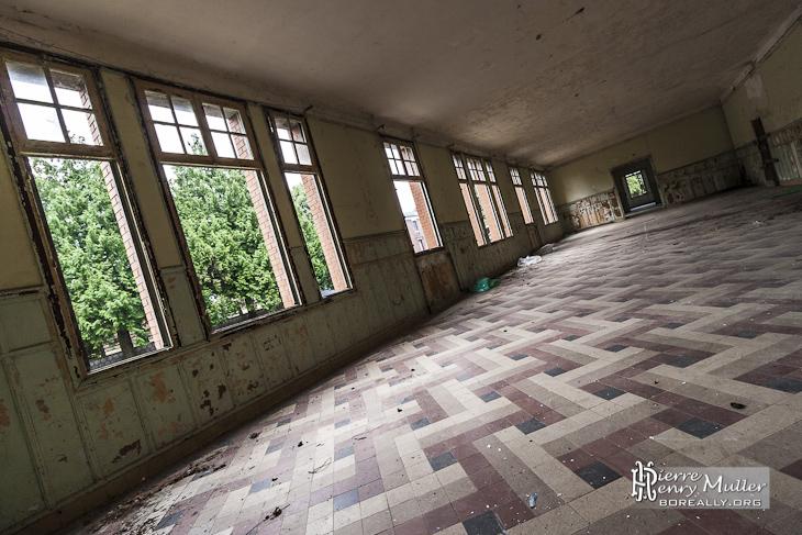 Grande pièce vide dans les bâtiments d'entraînement du GIGN