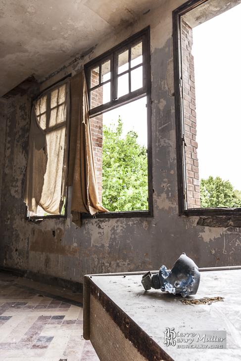 Grenade à plâtre d'entraînement explosée dans une pièce