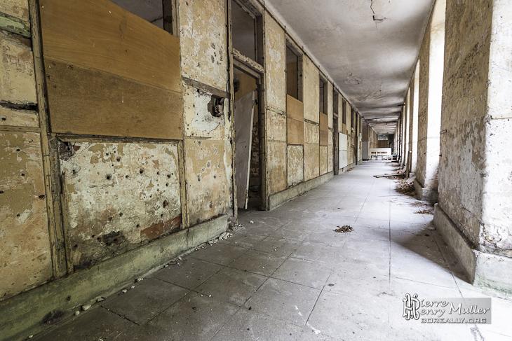 Long couloir d'un bâtiment pour les différents scénarios du GIGN