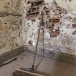 Mur attaqué par les munitions tirées par les gendarmes du GIGN