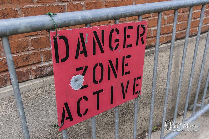 Pancarte délimitant la zone de tirs pendant les exercices
