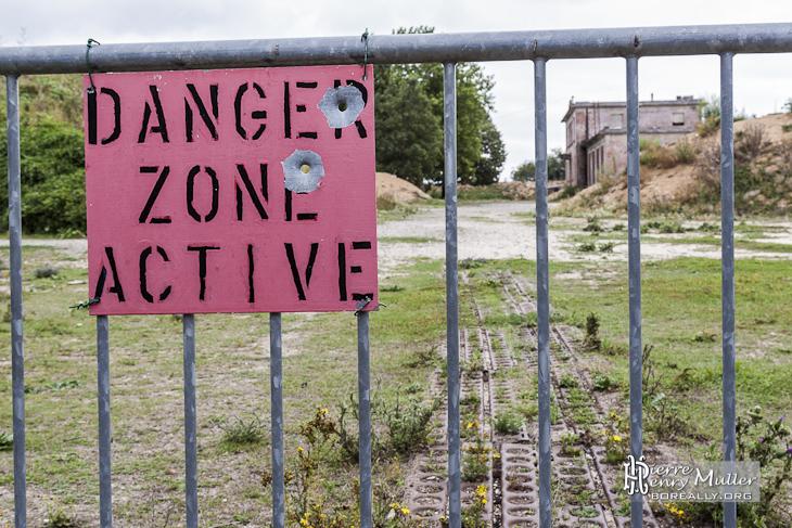 Pancarte indiquant Danger Zone Active exercice de tir à balles réelles