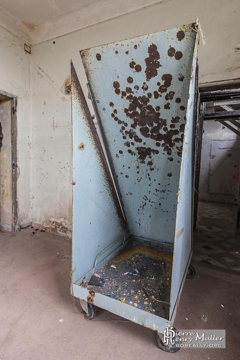 Porte cible criblé de balles à un étage d'un bâtiment du GIGN