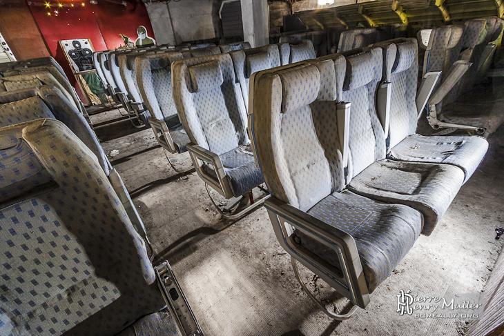 Reconstitution d'un avion de ligne avec sièges, carlingue et cibles au GIGN