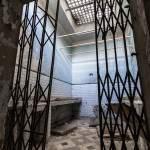 Salle d'eau avec porte grillagée abandonnée au centre du GIGN