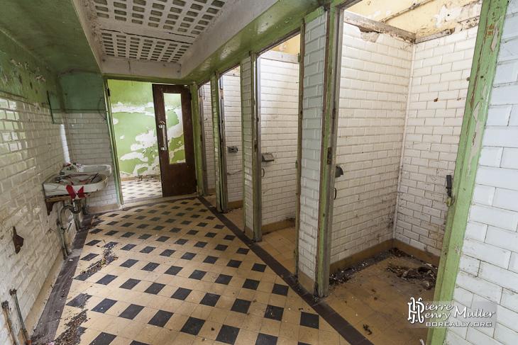 Salle de toilette collective abandonnée