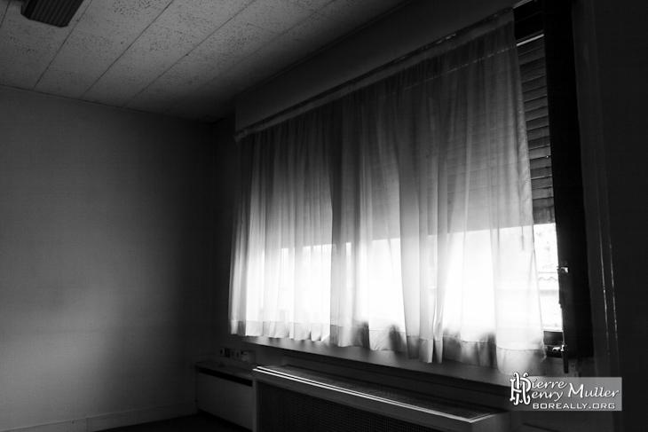 Rideaux dans un bureau de l 39 imprimerie en noir et blanc Bureau blanc et noir