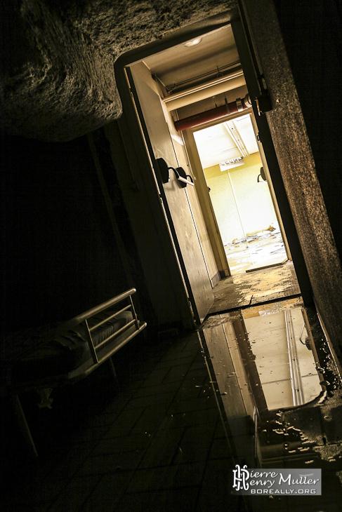 Sale obscure et couloir lumineux dans les sous-sols de l'imprimerie