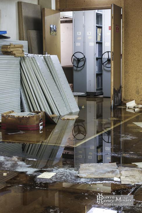 Salle d'archive de l'imprimerie inondée au sous-sol