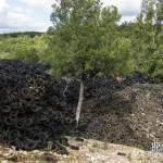 Montagne de pneus dans la décharge de Lachapelle-Auzac