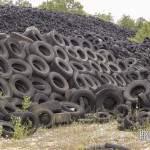Mur de pneus usagés de la décharge