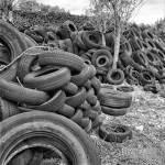 Perspective de pneus usagés attendant le recyclage